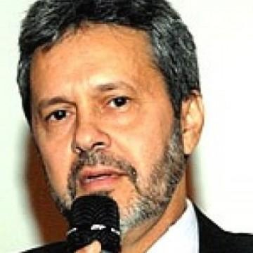 Médico Dirceu de Lavôr lança livro inédito no Brasil