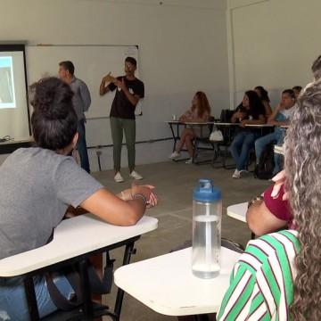 Projeto de inclusão prepara alunos surdos para o vestibular
