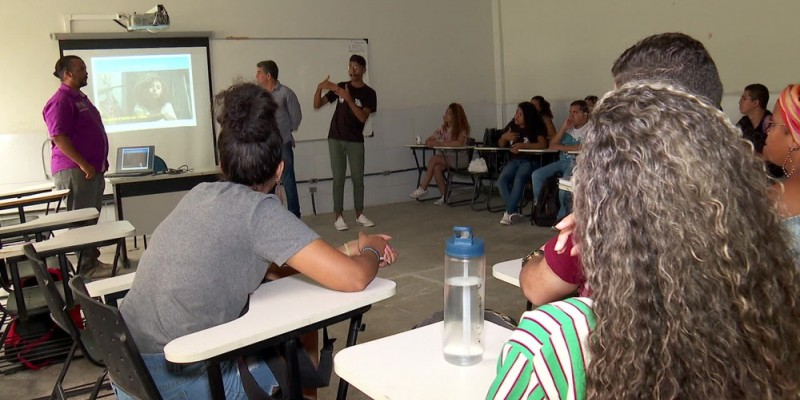 A iniciativa conta com intérpretes de libras acompanhando os professores
