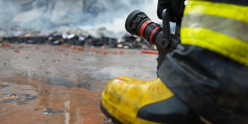 Segundo a corporação as chamas de grandes proporções atingiram 50% do  de uma fábrica