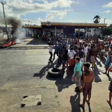 Protesto por moradia interdita trecho da Av. Recife