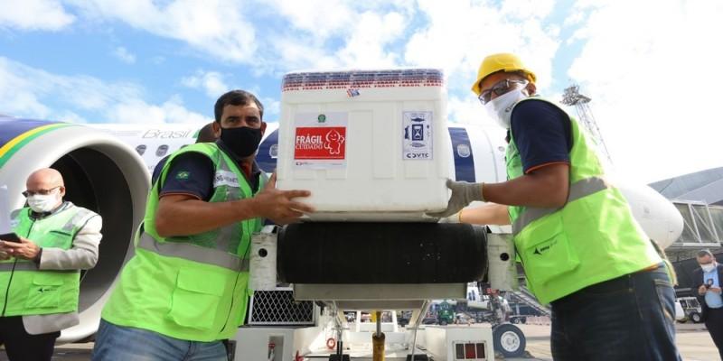 Na manhã desta quarta-feira (26), Pernambuco recebeu um lote de mais 241.750 doses de vacinas contra a covid-19, que serão distribuídas para as 12 Gerências Regionais de Saúde do Estado (Geres)