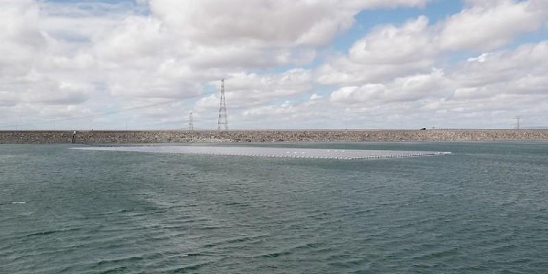 Além de gerar energia, as placas vão ajudar a reduzir a evaporação da água, com a vantagem de evitar desapropriação de terras