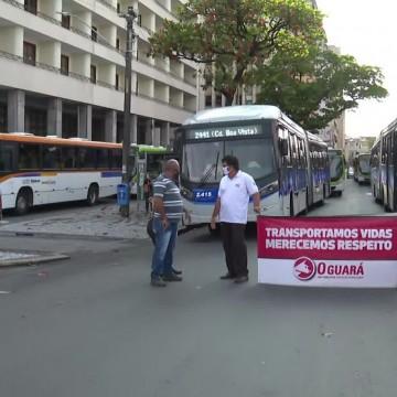 Motoristas e cobradores de ônibus realizam protesto no Centro do Recife
