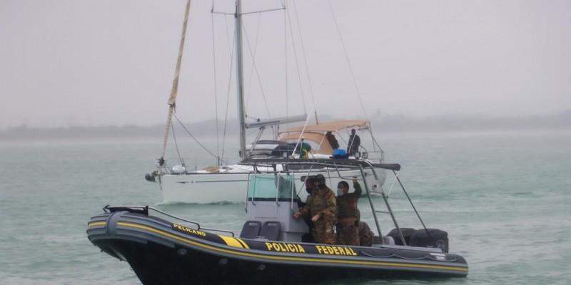 Segundo a Polícia Federal, a operação realizada junto com a Marinha, resultou na prisão de dois tripulantes. Veleiro estava a 350 quilômetros da costa do Recife