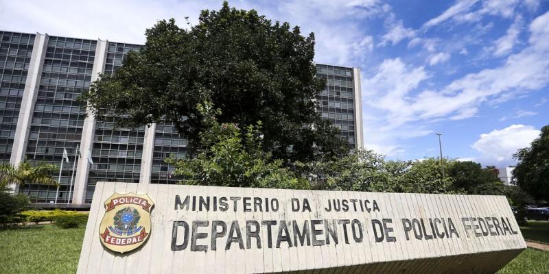 As provas selecionam para preencher mais de mil vagas com salário inicial de mais de R$ 12 mil e os de delegado recebem no início mais de R$ 23 mil.