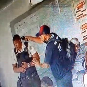 Assaltantes roubam arma de vigilante dentro de cartório em Olinda