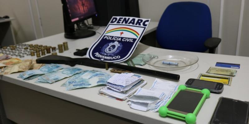 Durante a operação foram apreendidos R$ 15 mil em espécie, além de armas e drogas