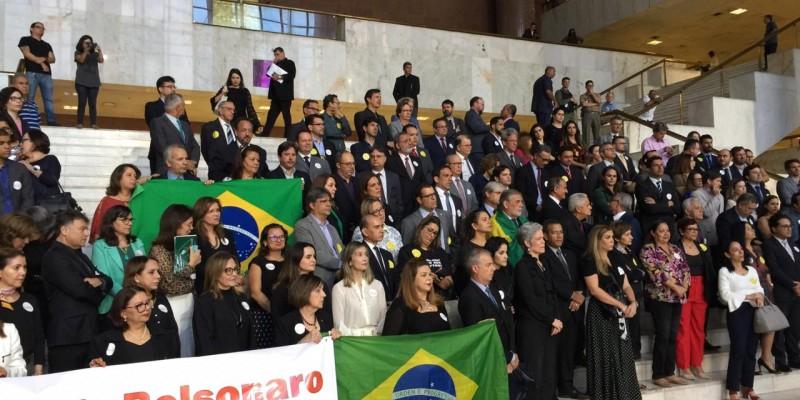 Manifestantes ocuparam as escadas do Fórum Rodolfo Aureliano, no Recife, em sinal de repúdio a pontos da lei que segundo eles, restringe o trabalho do Judiciário.