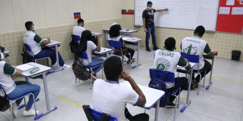 A retomada das aulas nas escolas segue o modelo híbrido, que funciona com rodízio de parte das turmas com atividades presenciais, e o restante com aulas online, em casa