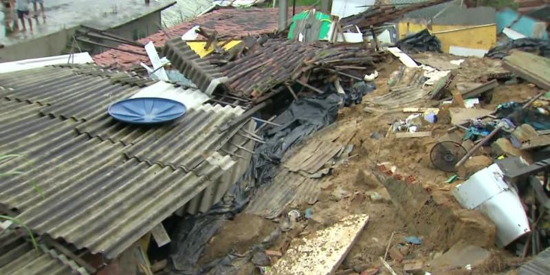 De acordo com informações do Corpo de Bombeiros, pelo menos três pessoas de uma mesma casa ficaram feridas com os escombros