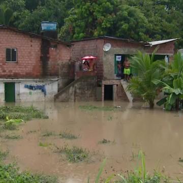 Volume de chuvas registrado nesta segunda-feira (15) deixa ruas e casas alagadas em Camaragibe, no Grande Recife