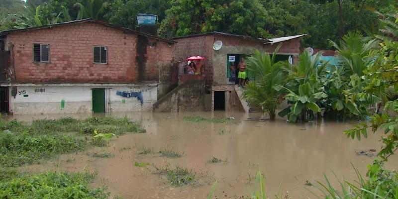 Em alguns locais as pessoas tinham dificuldades de deixar as moradias por causa dos alagamentos.