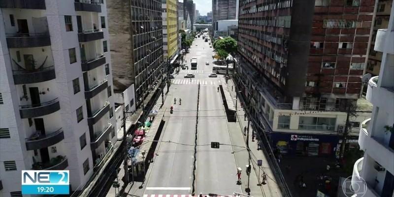Quem trafega pelo corredor já pode observarnovas floreiras,papeleiras,dois bicicletários,oitonovas paradas de ônibus com 35 módulos e seis faixas elevadas nos cruzamentos