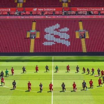 Elenco do Liverpool protesta em treino contra violência policial aos negros