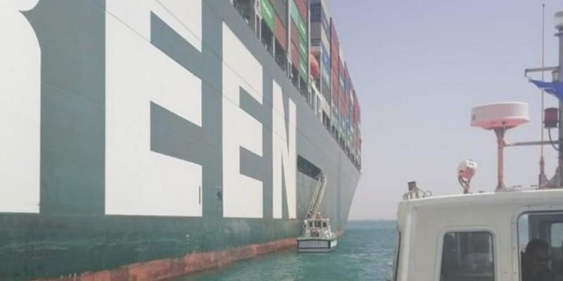 Navio encalhou de 23 a 29 de março, causando grande engarrafamento