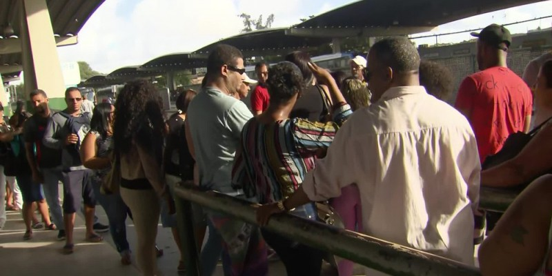 Além do caso da PE-15, houve registro de ônibus incendiado no final da noite de domingo (24) na PE-22 em Olinda