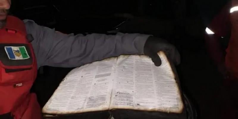 Livro estava em uma estante que foi consumida pelo fogo, e teve apenas a capa queimada