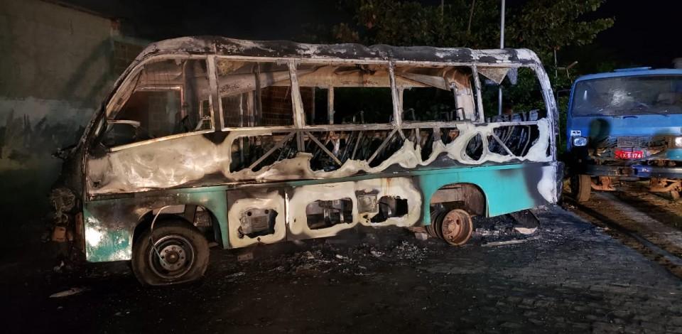 Micro-ônibus pega fogo próximo ao Terminal Leste em Caruaru