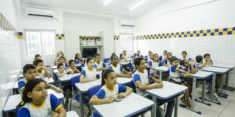 De acordo com o vereador André Régis (PSDB), kits escolares ainda não foram entregues aos estudantes. Eriberto Rafael (PTC), líder da situação, diz que desconhece situação