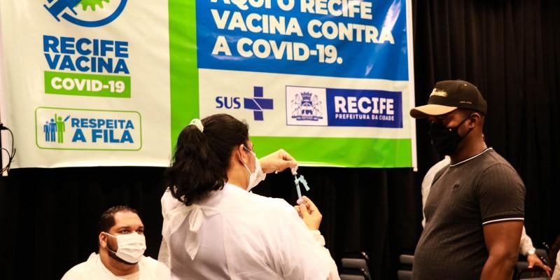 A marca foi alcançada no final de semana e corresponde a quase 494 mil pessoas das mais de 1,2 milhões dos aptos a se vacinar