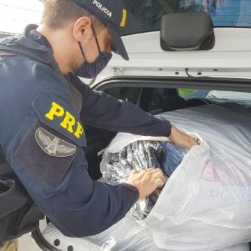 Carro apreendido e homem detido transportando roupas com indícios de falsificação