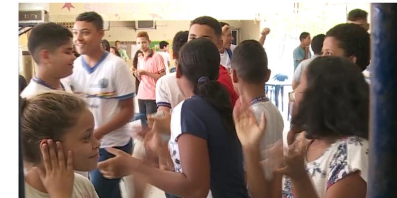 Mesmo próximo do fim do ano letivo, muitos estudantes ainda não receberam as camisetas para ir para a escola