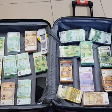 Taxista é flagrado com 400 mil euros na mala, no Aeroporto do Recife