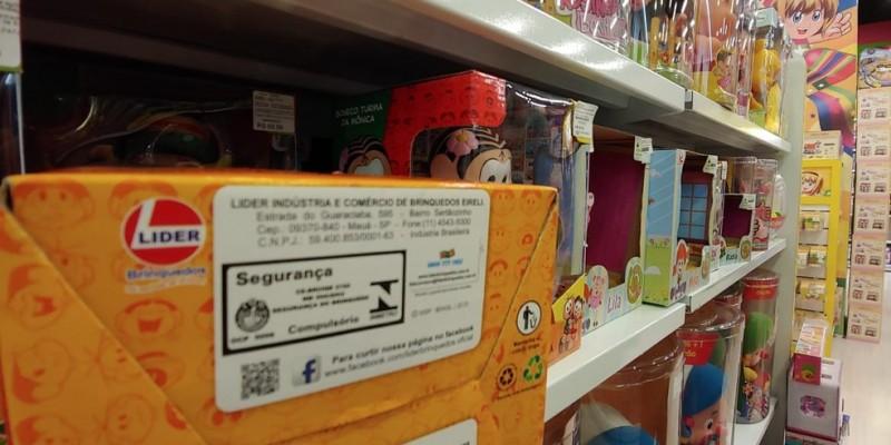 Objetos voltados para crianças devem ter o selo que significa que o produto foi testado e todos os riscos foram avaliados