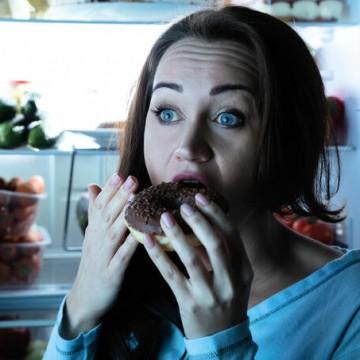 Compulsão alimentar está ligada a fatores emocionais