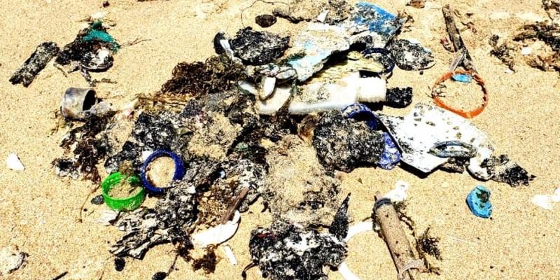 No meio do lixo retirado, além do óleo, seringas também foram encontradas no local