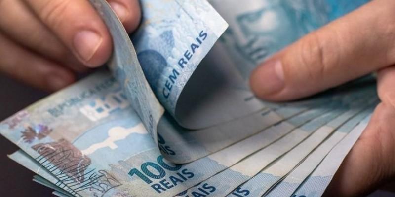 Governo quer antecipar 13° para impulsionar economia; aumento no preços dos combustíveis
