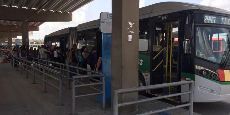 Usuários do metrô do Recife enfrentam mais uma paralisação do sistema