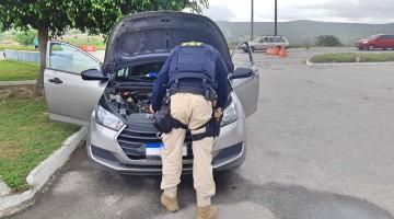 Homem é preso com carro roubado ao tentar buscar irmão detido em delegacia de Caruaru