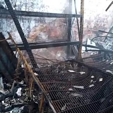 Incêndio atinge casa de construção na zona norte do Recife