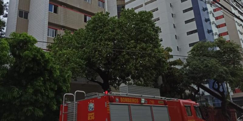 As chamas foram no 15º andar no bairro dos Aflitos resultando em vítima socorrida para UPA de Olinda por inalar fumaça