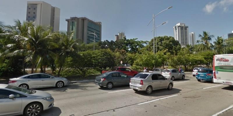 Os pedestres, poderão utilizar a calçada da pista lateral, sem modificação nas paradas de ônibus do trajeto