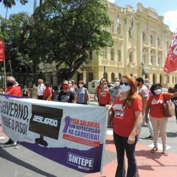 Professores da rede estadual realizam protesto no Recife
