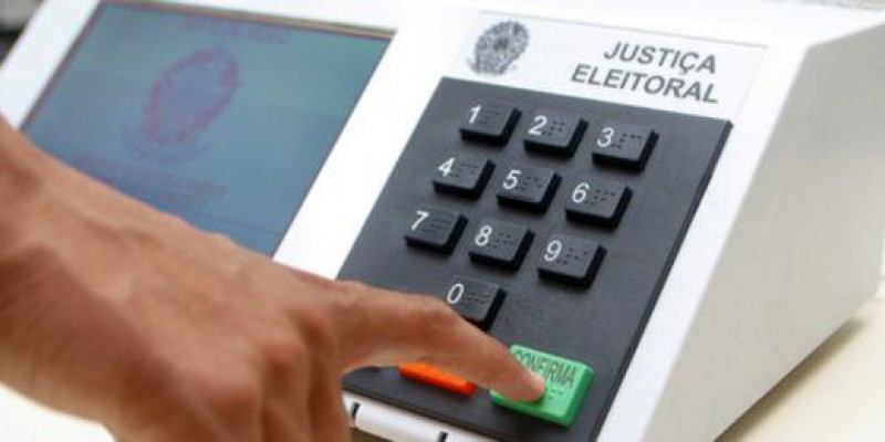 Consultas podem ser feitas pela internet ou telefone e eleitor deve se antecipar com organização de documentos