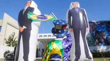 Bonecões infláveis de Bivar e Bolsonaro foram pagos pelo PSL com verba pública