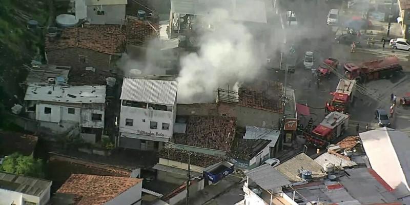 Vizinhos ao empreendimento relataram que as chamas estavam altas e havia muita fumaça no local