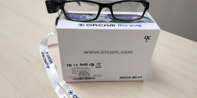 O dispositivo é acoplado a um óculos, que retransmite a informação discretamente no ouvido do usuário, funcionando, inclusive, em modo offline
