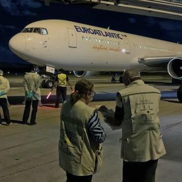 Passageiros que estavam em Angola desembarcam no Recife