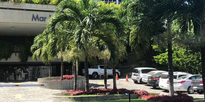 De acordo com a Polícia Civil, o casal brigou e um segurança do hotel foi acionado para intervir, o funcionário acabou baleado