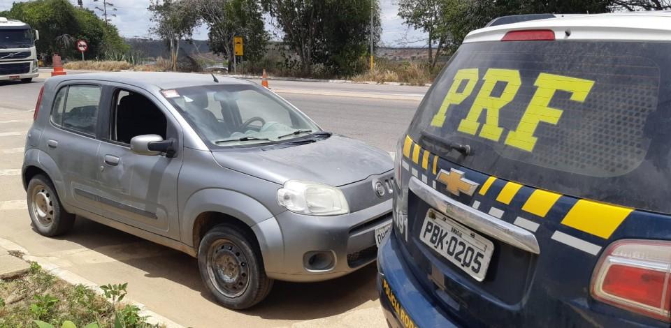 Carro roubado em 2014 em Caruaru é recuperado na BR-424 em Garanhuns