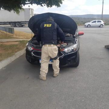PRF apreende carro roubado e R$15 mil em Tacaimbó