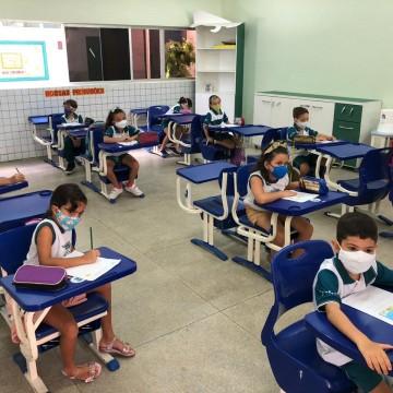 Estudantes do ensino fundamental voltam às aulas presenciais em PE