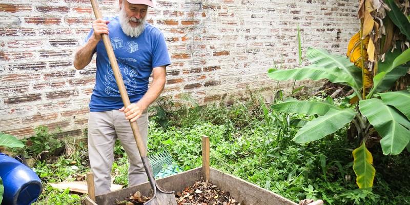 """O lixo orgânico pode ser transformado em adubo. """"Esse adubo poderia ser dado aos agricultores que não tem condições, fazendo umtrabalho social, ambiental e rural"""", afirma o professor e biólogo, Alexandre Henrique"""