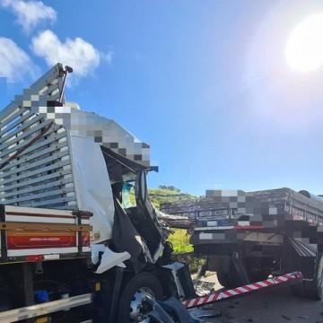 Colisão entre dois caminhões e quatro carros deixa uma pessoa morta e outras duas feridas na BR-232