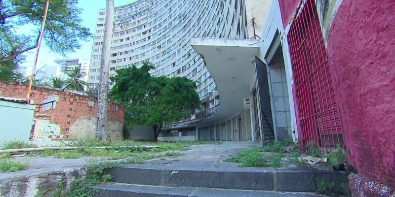 O cenário de depredação mostra que o icônico prédio, que fica em Boa Viagem, na Zona Sul do Recife, tem servido de abrigo para moradores de rua